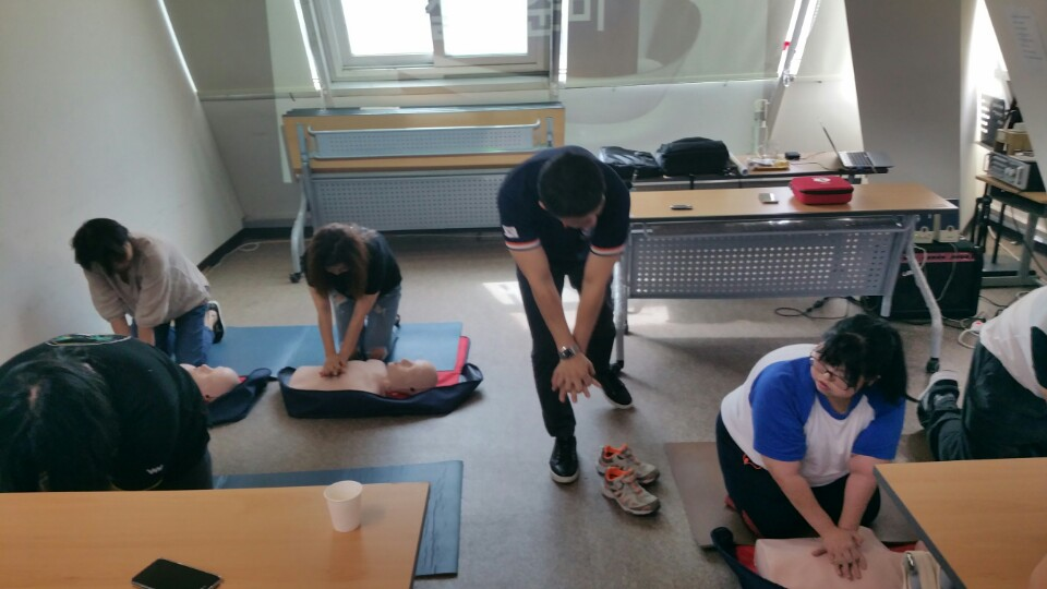 1강 응급처치 교육에서 심폐소생술을 실습하고 있음.jpg